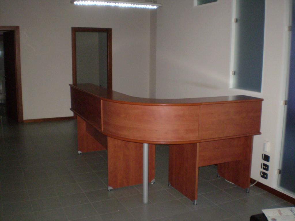 Affitto Commerciale MONTECATINI TERME (PT) Ufficio parzialmente arredato.